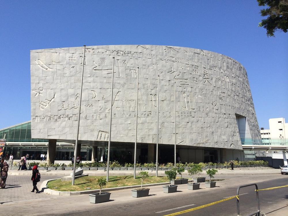 Endelig stod vi der - ved det berømte bibliotek. Facaden er fuld af skrifttegn og symboler taget fra alverdens sprog.