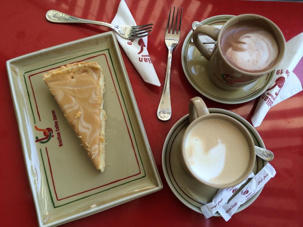 Der skal også være tid til hygge og en god kop cappuccino og en mocca med kage til er nu aldrig ad vejen - her på en teenagekaffebar i Alexandria.