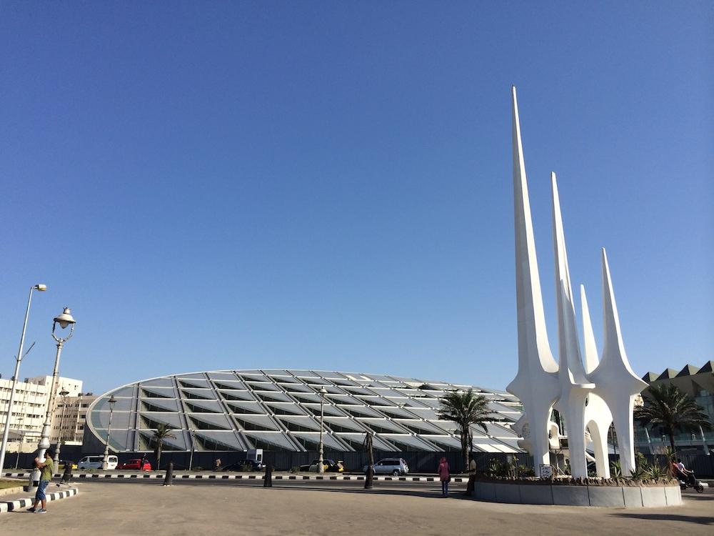 Biblioteket i Alexandria er tegnet af en norsk arkitekt og der er taget højde for alt hvad læsere har brug for. Ude fra ligner biblioteket nærmest et kæmpemæssigt rumskib.