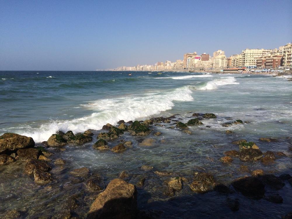 Luften i Alexandria er en ren lise for sjælen i forhold til i Cairo - middelhavsluften føles rart i næsen og så gør det jo ikke noget, at man kan sidde på en strandbar med tørrede palmeblade som skygge og få sig en kold cola.