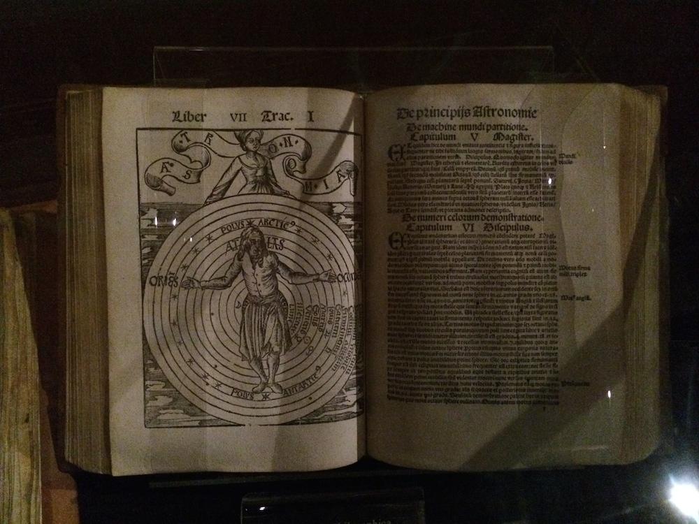 I bibliotekets manuskript-afdeling har de gamle bøger, skriftruller og tekster helt tilbage fra 900-tallet - så her er ikke sparet på historiens vingesus.
