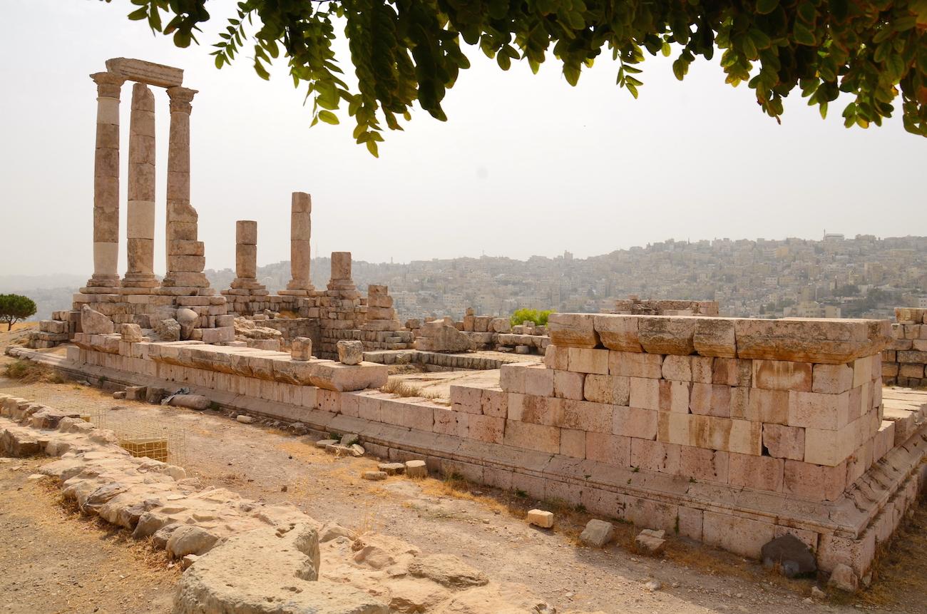 Ruinerne af det gamle citadel i Amman er bestemt et besøg værd. Den ligger på en bakketop med en flot udsigt til hele hovedstaden – her er det det gamle Herkules-tempel, der er en af de mest velbevarede bygninger i området.