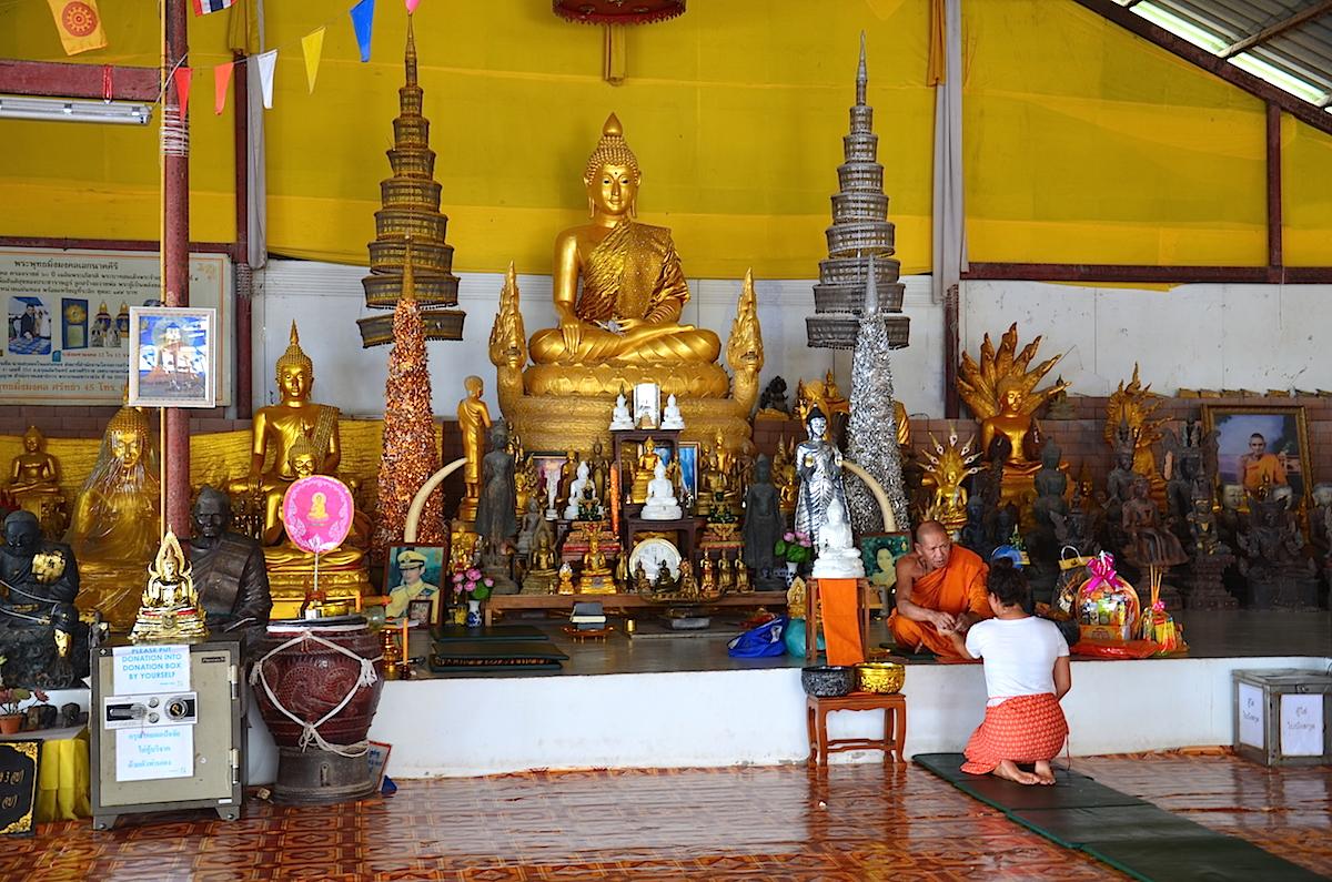 Munk ved den store buddha-statue.