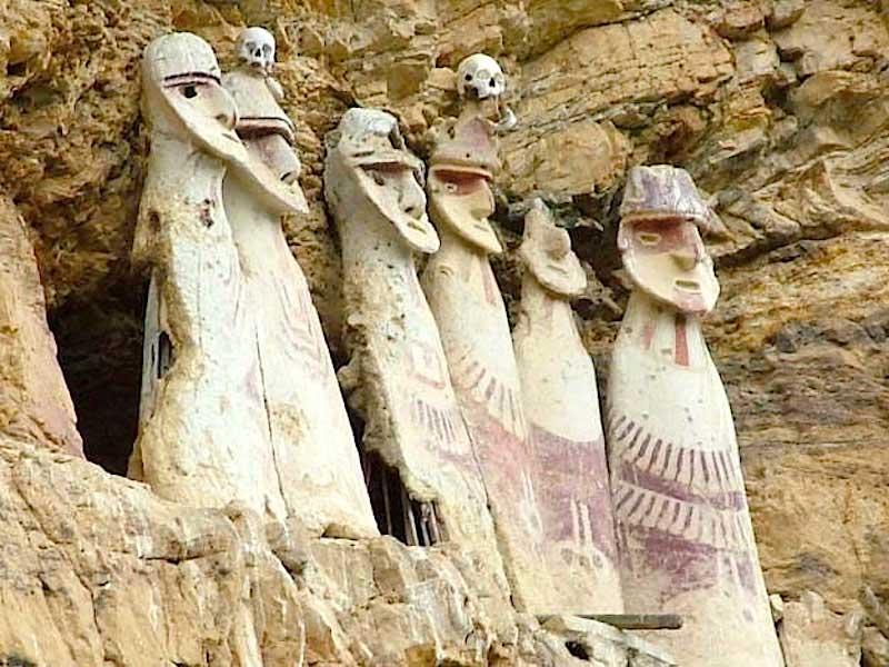 Sarkofager med mumier af høvdinge er at finde på stejle klippeafsatser i Chachapoyas-regionen i det nordøstlige Peru.