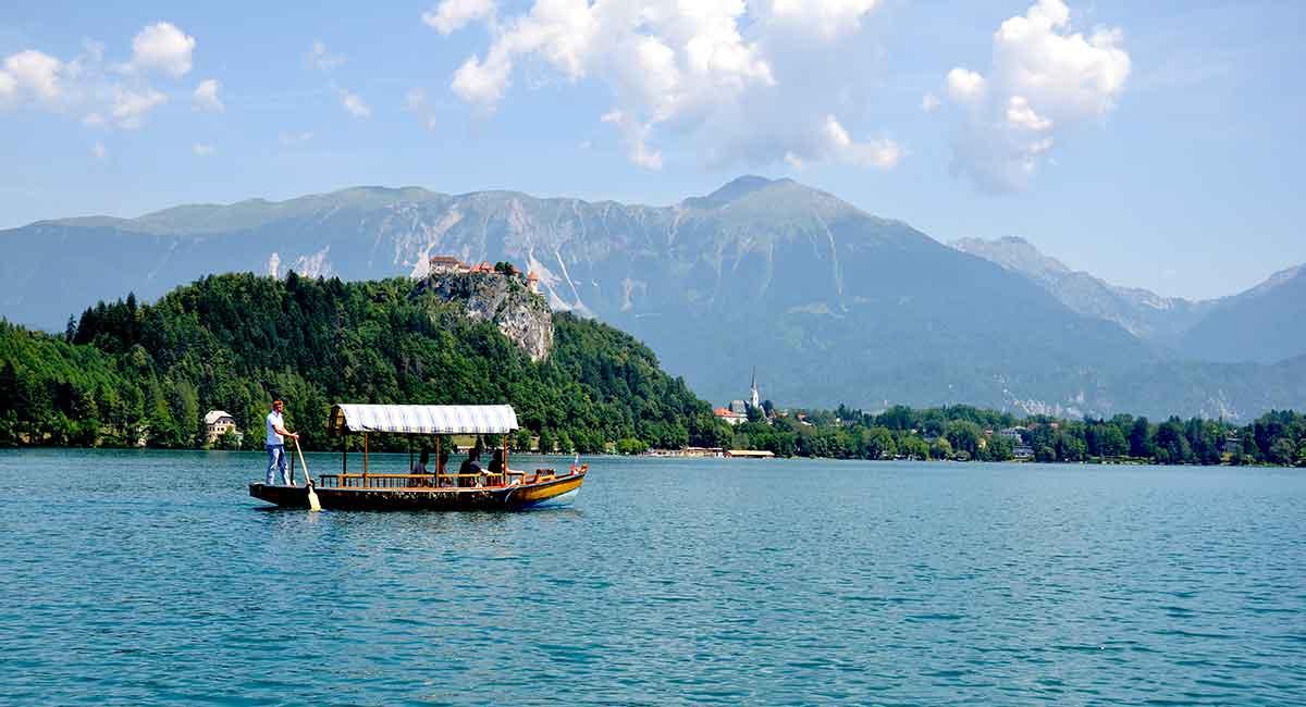Man kan også hygge sig med sejltur på søen og nyde bjergene og borgen, der knejser højt oppe på en bakketop over byen. Ude midt i Bled-søen ligger en lille bitte ø, som helt sikkert er værd at kigge nærmere på.