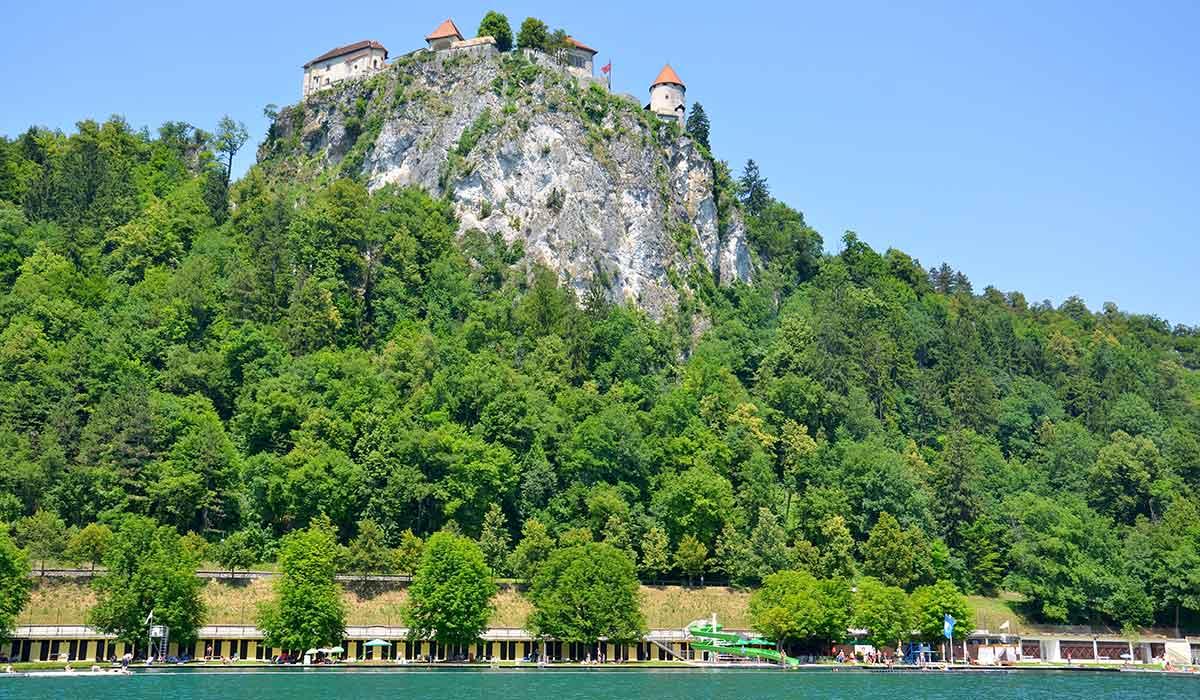 Højt over byen troner borgen af Bled, som er fra middelalderen. Den er absolut et besøg værd, men husk at tage vand med, vejen derop er rimelig stejl – til gengæld er udsigten helt fantastisk. Den ligger 130 meter over søen og er én af Sloveniens store attraktioner.