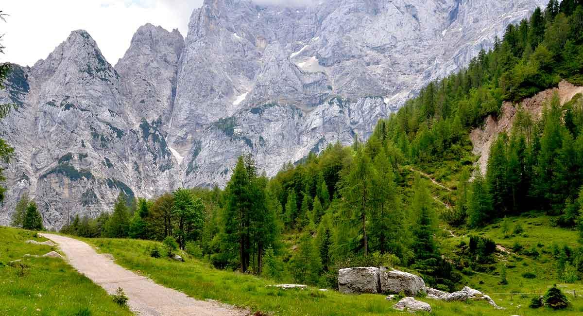 Turen over bjergpasset i de Juliske alper i det nordvestlige hjørne af Slovenien er fuld af storslåede scenerier. Den højeste bjergtop er Triglav på 2.864 meter over havet, som også er det højeste bjerg i Slovenien.