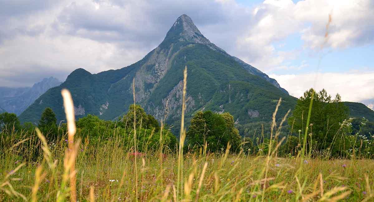 På vej til den lille by Bovec kører man også gennem flotte landskaber med finurlige bjergformationer. Her er det for eksempel en rigtig Toblerone-bjergtop lige udenfor byen.