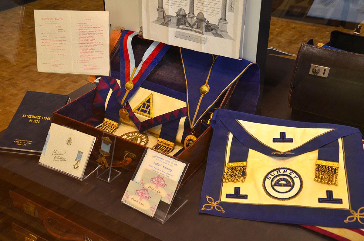 Britiske-frimurerregalier-i-Freemasons-Hall-i-London