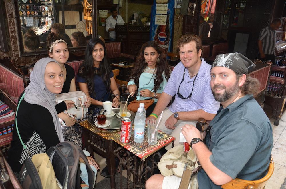 Sidste fredag var vi i kirke inde ved Tahrirpladsen. Her er det fra højre Ethan og Scott fra USA og nogle af pigerne. Vi er på market Khan el' Khalili. Foto: Anette Lillevang Kristiansen