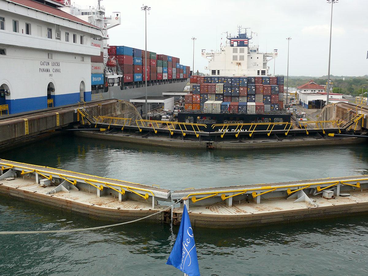 Et-containerskib-i-Panamakanalen1