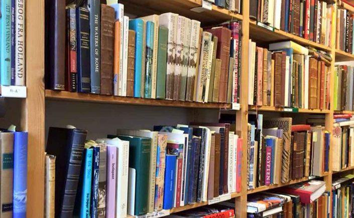 Gamle bøger og Cappucino med højt skum