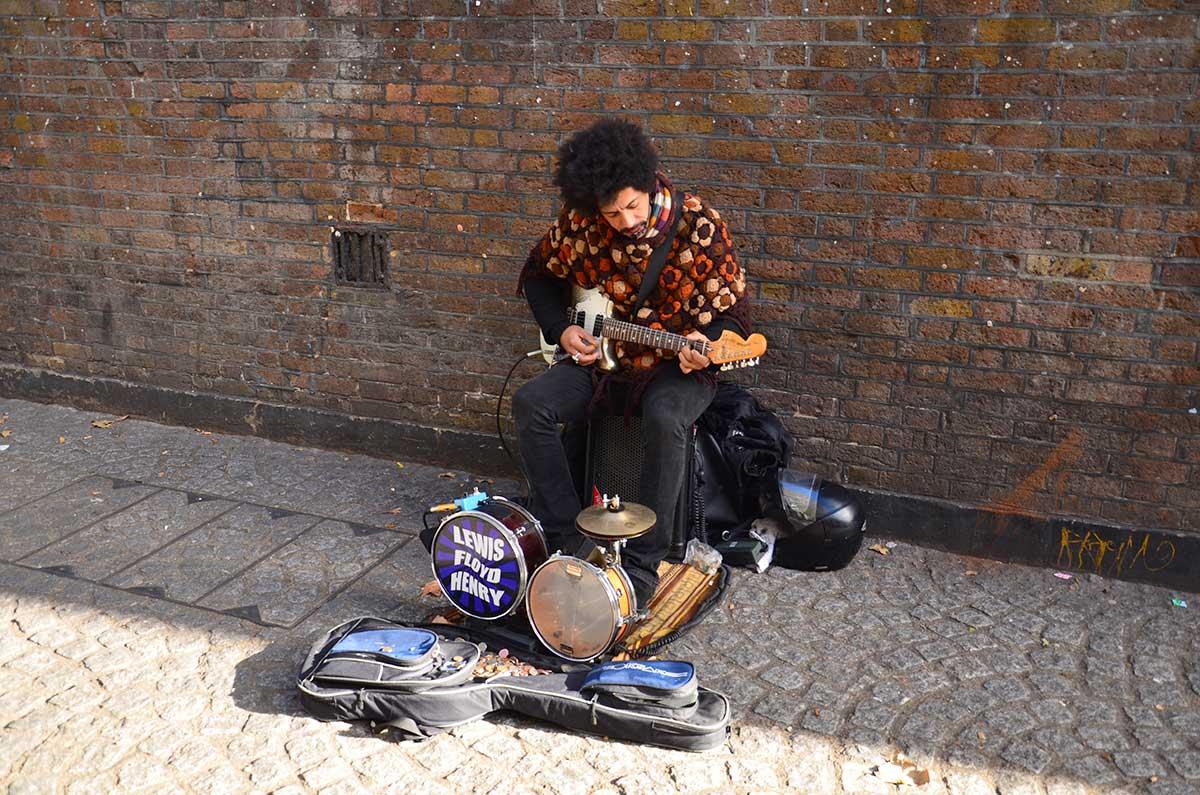 guitarist-paa-brick-lane-i-london