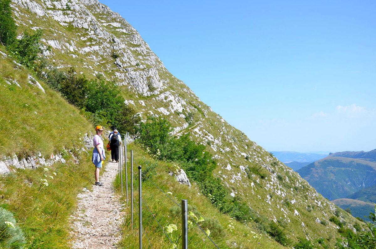 Monte-Cucco-er-1566-meter-høj-og-ikke-lige-bare-sådan-at-kravle-opad-og-slet-ikke-iført-brudekjole