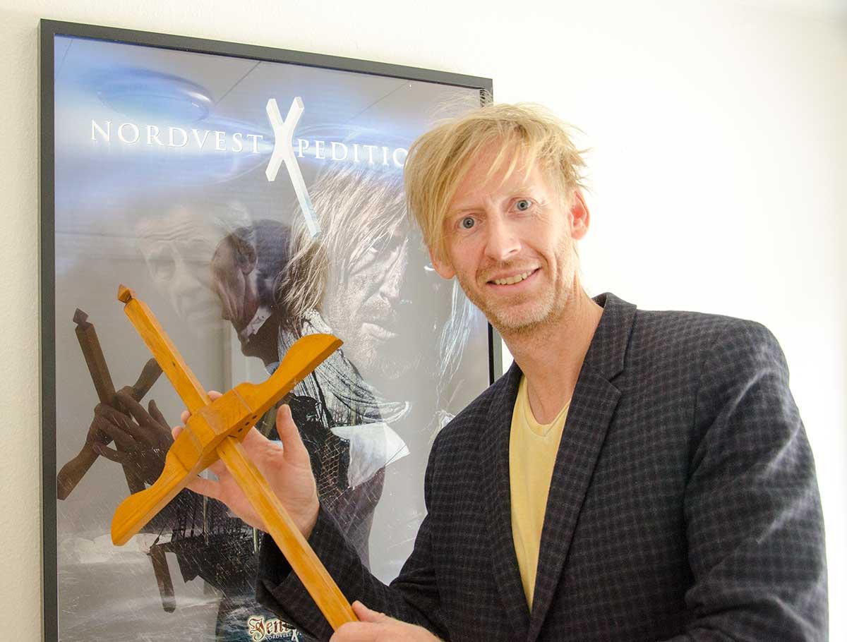 Ole Japp foran filmplakaten med filmen om Jens Munk