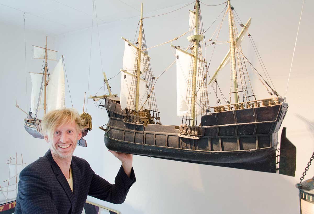 Ole Japp med en model af Jens Munks skib