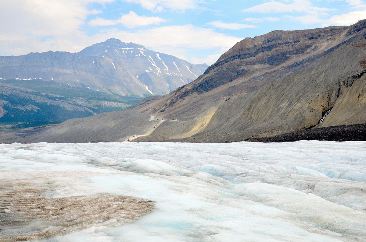 På udforskning på Athabasca gletsjeren i Canada