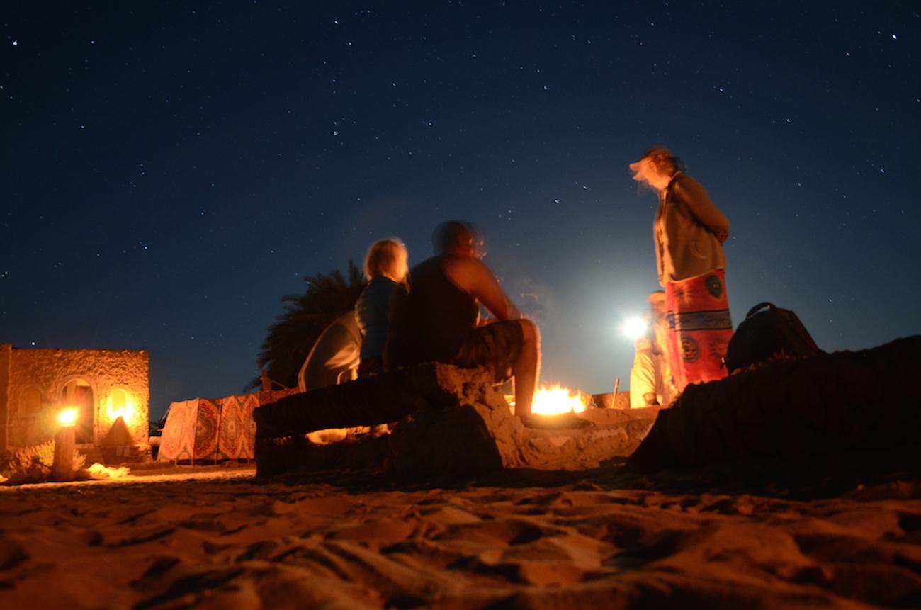 Den første aften i Siwa blev jeg inviteret til middag i en beduinlejr udenfor byen. Billedet her er ikke ligefrem skarpt, men meget stemningsfuldt synes jeg. Foto: Osama Nasef
