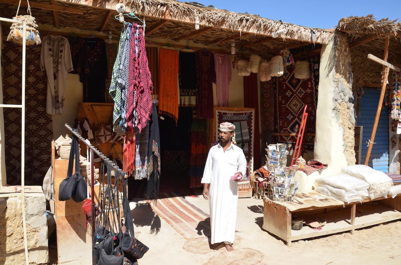 Siwa er rigtig beduinland og her er en af de lokale sælgere, som jeg var oppe og handle med. Jeg faldt for en speciel kurv fra området, som egentligt mest minder om en forpjusket puddelhund, men jeg kunne ikke stå for den. Foto: Anette Lillevang Kristiansen