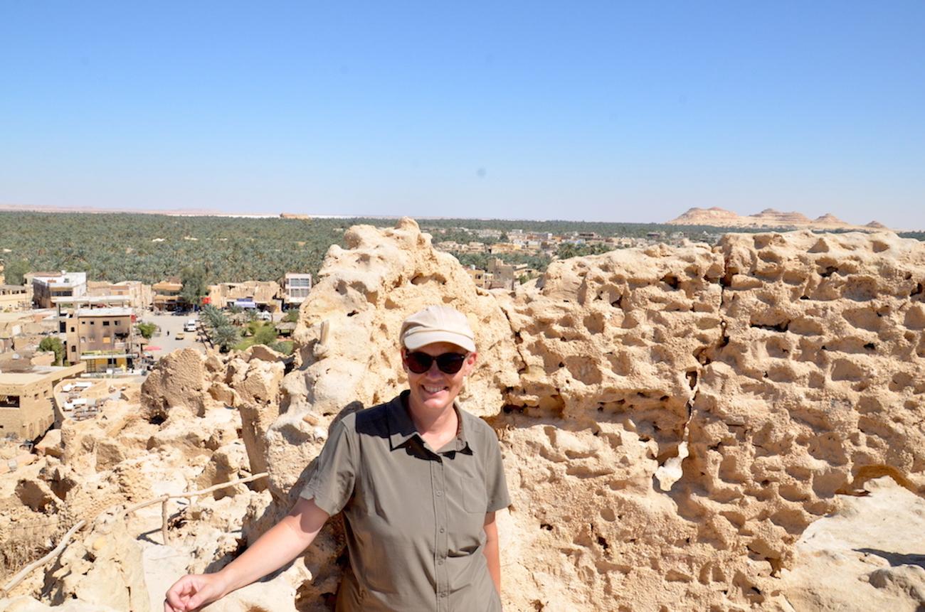 For mig viste oasebyen Siwa sig at være det helt rigtige valg for Eid-ferien. Det er et finurligt lille sted med en både ældgammel og pænt mystisk historie. Her er jeg på toppen af byens gamle fort Shali fra 1200-tallet. Foto: Anne Jen.