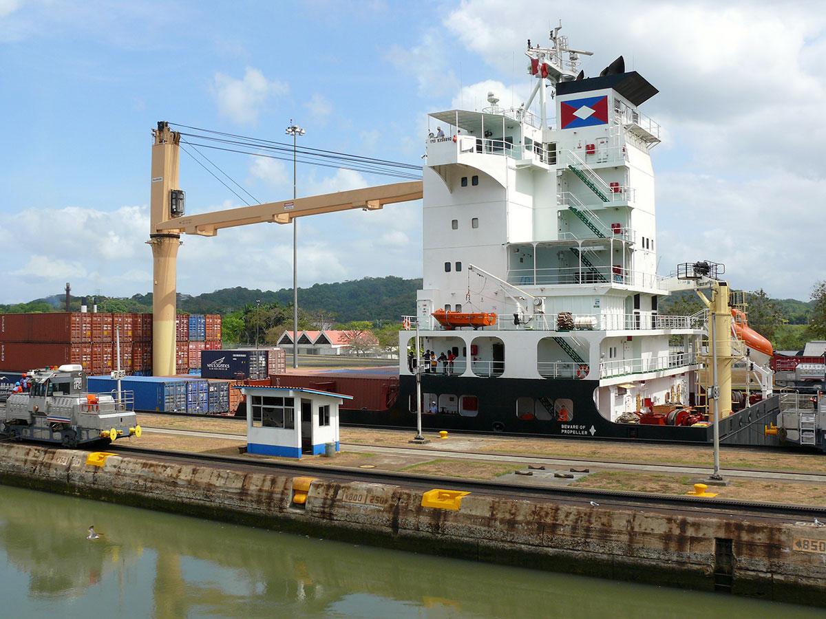 Skibe-sejler-gennem-Panamakanalen1