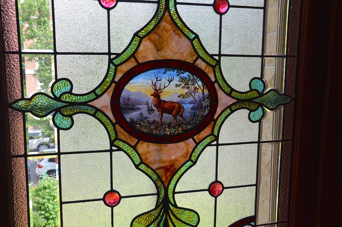 Smukke vinduer med blyindfattet kulørt glas