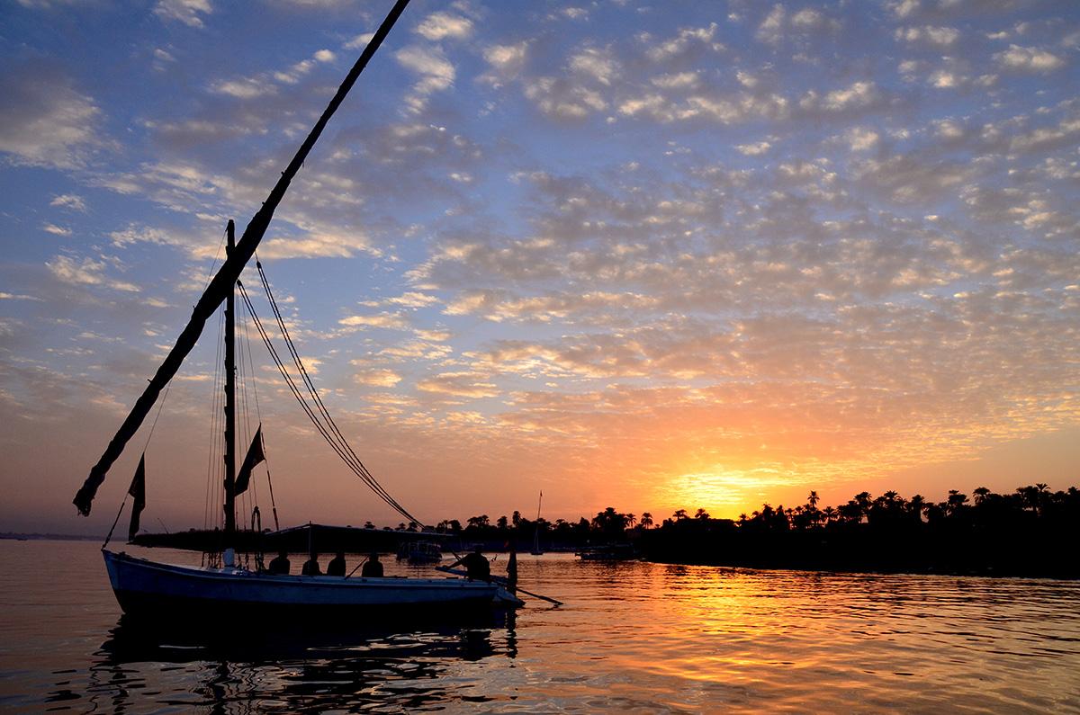 Solnedgang over Nilen i Luxor i Egypten