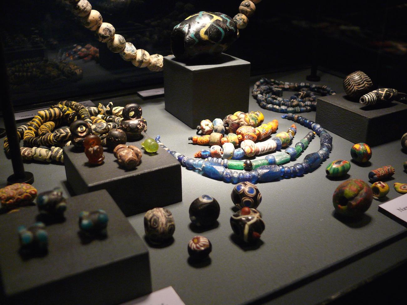 Forskellige perler på udstilling på Moesgaard Museum 2010