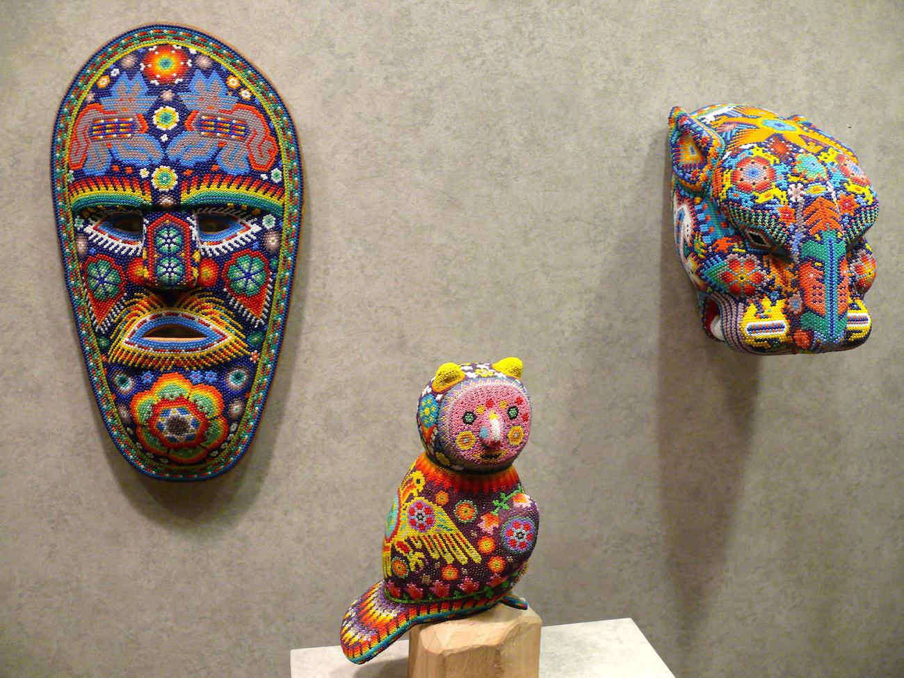 Perler pryder masker og figurer på udstillingen på Det Antropologiske Museum i Mexico City